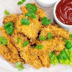 Stripsy z kurczaka to super pomysł na pyszną przekąskę, ale i na obiad. Mój przepis na stripsy z kurczaka jest bardzo prosty i uniwersalny. Można je zarówno smażyć na głębokim tłuszczu, jak i piec w piekarniku. Kfc, Chicken Wings, Curry, Meat, Ethnic Recipes, Food, Curries, Essen, Meals