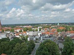 Rechts der Kirchturm der ev. Kirche Delmenhorst, im Hintergrund Bremen