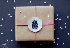 Stempel mit Tannenzapfen, Weihnachten, Geschenke verpacken / stamp pine cone, christmas, gift tags by margamarina via DaWanda.com