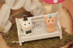 cat and kitty with handmade wooden garden bench Wedding Cake Topper #kitten #cute #handmadecaketopper #animalscaketopper #pet #initials #custom #unique #gardenwedding #ceremony #cakedecor #homedecor #unique #marriage #gift #weddingseason #ideas #planning #kikuikestudio #clay #結婚式 #Boda #nozze #Hochzeit