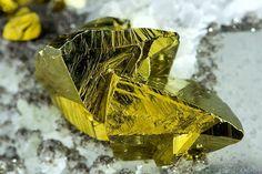 Chalcopyrite, Cassiterite, Arsenopyrite sur Quartz. Photo © Jordi Fabre