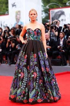 Elizabeth Banks escolheu um vestido marcante Andrew GN,