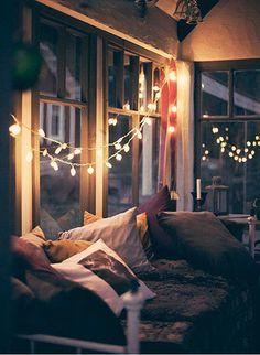窓際に垂れ下げて飾ればとってもロマンティックな雰囲気でうっとりしてしまいます。お部屋の中からだけでなく、外からみてもステキなお家ですよね。