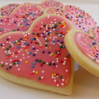 This is the original Tupperware sugar cookie recipe.THE BEST.hands down.the almond flavoring just MAKES this moist, tender, chewy cookie Truly addictive. Roll Out Sugar Cookies, Sugar Cookie Icing, Sugar Cookies Recipe, Heart Cookies, Cookie Frosting, Pink Cookies, Sweet Cookies, Icing Recipe, Yummy Cookies