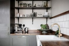 I'm so in love with this beautiful darker colored kitchen. The olive green cabinets combine… Nordic Kitchen, Scandinavian Kitchen, Old Kitchen, Kitchen Decor, Green Kitchen, Design Kitchen, Design Blog, Küchen Design, Green Cabinets