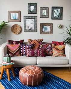 Refresh Your Home With These Moroccan Decorating Ideas In need of a space makeover for summertime? Update your space and infuse some tradition into it with Moroccan decor. For more decorating ideas and tips, head to Domino. Boho Chic Living Room, Bohemian Living, Moroccan Decor Living Room, Moroccan Interiors, Cozy Living, Ethnic Living Room, Moroccan Inspired Bedroom, Moroccan Home Decor, Ethnic Home Decor