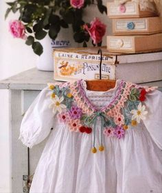 Pretty vintage dress collar crochet inspiration for woolly lovers to decorate spring or easter dresses Colar de crochê colorido Col Crochet, Crochet Fabric, Crochet Collar, Crochet Scarves, Irish Crochet, Crochet Motif, Crochet Flowers, Crochet Stitches, Crochet Patterns