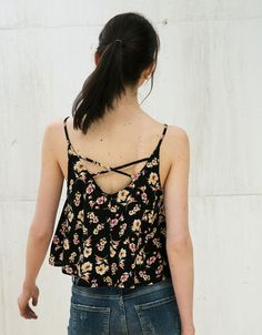 Top estampado flores. Descubre ésta y muchas otras prendas en Bershka con nuevos productos cada semana