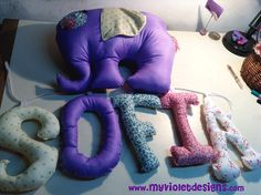 Almohadón elefante y letras combinadas. myvioletdesigns.com