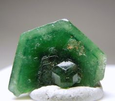 Chromdravite. Environment: Magnesium and chromium-bearing tourmaline in micaceous metasomatites / Mineral Friends <3