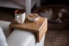 Столик СОФФИСТ.  Компактный дубовый столик на подлокотник дивана.  Вечером заботливые жены ставят на столик крафтовое пиво и сендвичи, а утром небритые мужья — кофе и гренки.  Массив дуба, масло.  Требуется широкий подлокотник. Изготовим по размерам заказчика.  Подробности и цена http://dyatelbober.ru/predmet/stolik-soffist  #dyatelbober #дятелбобер #loft #лофт #крафт #кантри #horeca
