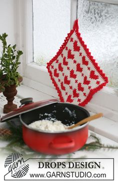 holder with Christmas pattern in Paris. Free pattern by DROPS Design.pot holder with Christmas pattern in Paris. Free pattern by DROPS Design. Knitting Charts, Knitting Patterns Free, Free Knitting, Free Pattern, Crochet Patterns, Drops Design, Knitted Washcloths, Knit Dishcloth, Crochet Design