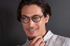 1eeeaddfe26 These traditional round shaped reading glasses sport a professional yet  cool look. A classic made