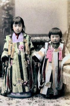 右の子を見てかぶとむちがこれあーこちゃんと言った RT @Minzokubot: 明治期に撮影された被布を着けた晴着姿の少女の彩色写真。