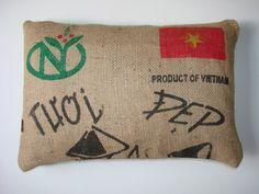 Cojín Café Vietnam Bandera estampado en negro rojo y verde, por WIKIPILLOW https://www.etsy.com/es/shop/WIKIPILLOW?section_id=14498343&ref=shopsection_leftnav_3