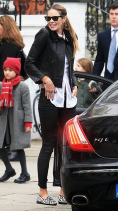 Elle Macpherson drops her son off at school in London. What Elle is wearing- Sunglasses: Ray-Ban / Shoes: Belgian Shoes Elle Macpherson, My Life Style, Style Me, Elle Fashion, Fashion Trends, Sport Outfits, Cool Outfits, Fashion Pants, Fashion Outfits