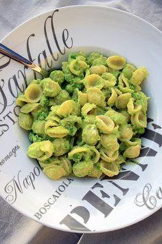 pasta peas : recette de Nigella (petits pois frais (la moitié mixé avec parmesan, basilic ou persil et ail) et pâtes