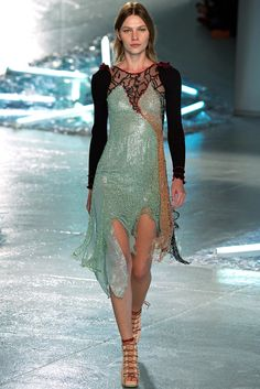 See all the Collection photos from Rodarte Spring/Summer 2015 Ready-To-Wear now on British Vogue Runway Fashion, Fashion Models, Fashion Show, Womens Fashion, Fashion Design, Fashion Spring, High Fashion, Timeless Fashion, Luxury Fashion