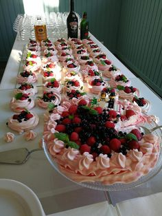 Minipavlovat Salted Caramel Cheesecake, Yams, Croissants, Pavlova, Pie, Desserts, Food, Drinks, Torte