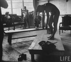 Students sketching female nude model during life drawing class at the Skowhegan School of the Arts. Location:Skowhegan, ME, US Date taken:1948 Photographer:Gjon Mili