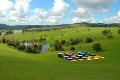 Opere monumentali, perdute nel paesaggio. Uno spettacolo straordinario quello offerto dal parco di sculture voluto da un importante imprenditore neozelandese.