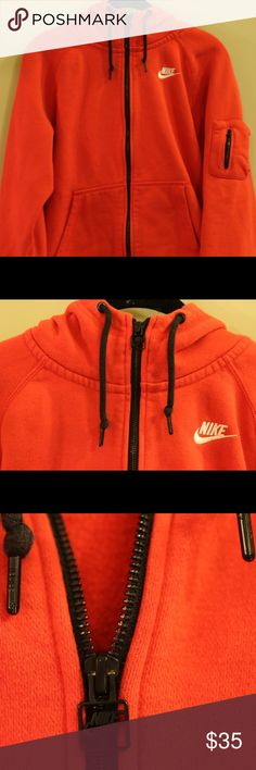 Men's Nike Hoodie Size Medium Lightly worn and in great condition. This item has been sitting in my closet for a long time and has little to no wear or any tear. Item fits true to size. Nike Sweaters Zip Up