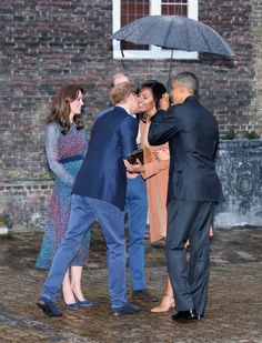 Catherine, Duchess of Cambridge, Prince Harry, First Lady Michelle Obama and US President Barack Obama greet each other as they attend a dinner at Kensington Palace on April 2016 in London, England. (Photo by Chris Jackson/Getty Images) Michelle Obama, Joe Biden, Barack Obama Family, Obamas Family, Obama President, Presidente Obama, Durham, Prinz Harry, Black Presidents