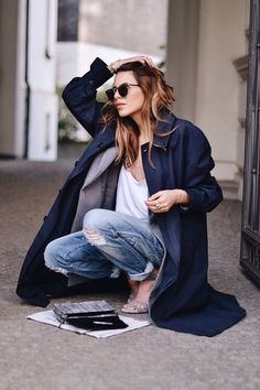 Casual chic fall style with torn jeans and dark blue coat. Navy Trench Coat, Trench Coats, Trench Jacket, Camel Coat, Casual Look, Casual Chic, Smart Casual, Cardigan Blazer, Coat Outfit