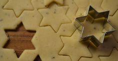Kaikki meidän joulussa ja joulun odotuksessatuntuu olevan vaaleata, niin koristelu, glögi ja näköjään piparitkin :D Löysin joskus netin syö...