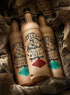 Bouteilles de vin en papier recyclé. Beau et écolo.