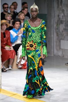 The complete Marni Spring 2020 Ready-to-Wear fashion show now on Vogue Runway. Milan Fashion Week 2018, Milano Fashion Week, Fashion 2020, Fashion Trends, Fashion Inspiration, Fashion History, Fashion Fashion, Fashion Show Collection, Crochet Fashion