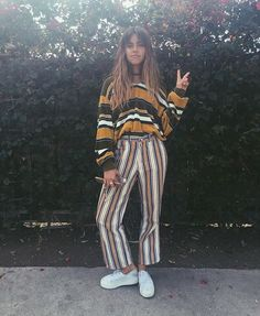 Young women fashion trends and style in 2018 and 2019 Grunge Fashion, 70s Fashion, Look Fashion, Vintage Fashion, Fashion Outfits, Womens Fashion, Fashion Trends, Fashion Black, Grunge Outfits