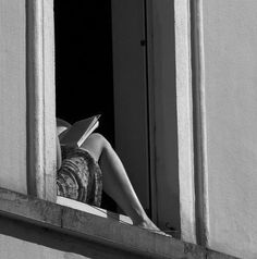 Reading is sexy Black And White Aesthetic, Black N White, Street Photography, Art Photography, Images Esthétiques, Woman Reading, Book Aesthetic, Aesthetic People, Belle Photo