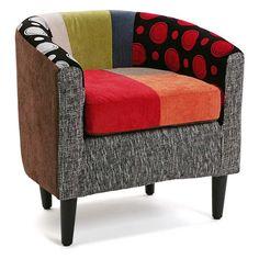 Butaca de brazos y respaldo de estilo moderno con tapizado estampado con aplicaciones patchwork coloristas y alegres.