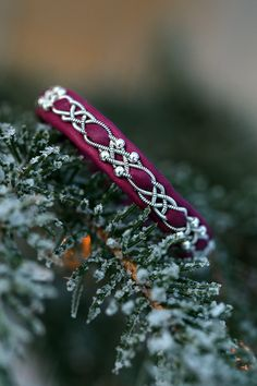 Lindas armband: Magentafärgat tennarmband med silverpärlor och inf... Jewelry Crafts, Jewelry Bracelets, Viking Braids, Magenta, Thread Jewellery, Leather Art, Wire Weaving, Choker, Diy And Crafts