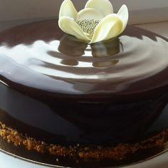 Муссовый торт пряная груша-ванильный мусс-шоколадный бисквит-зеркальная глазурь.