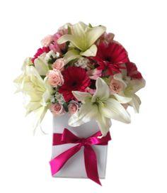 Arreglo Floral Toda Ocasión, ideal para cumpleaños o detalle de amor juvenil y romantico. Este diseño Floral es de Lilies, Rosas, Mini rosas, Gerberas y Breanthus.