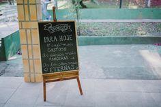 Para recepcionar os convidados, mensagem que resumia o tema do casório: café, poesia e amor.