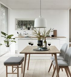 Lekkert og lyst spisebord fra Hübsch. Bring naturen inn i hjemmet med dette spisebordet!  Produktet er bestillingsvare.