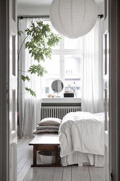 Wit this Scandinavian bedroom, your Scandinavian home decor will look dazzling! Design Scandinavian, Scandinavian Bedroom, Swedish Bedroom, Scandinavian Apartment, Deco Boheme Chic, Home Interior, Interior Design, Interior Paint, Modern Interior