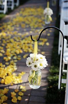 Decoração do Corredor do Casamento com Margaridas e pétalas amarelas Clube Noivas