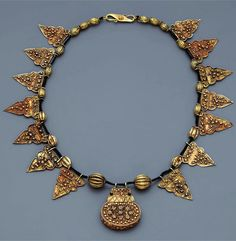 Indonesia ~ Sumatra ~ Aceh   Necklace with amulet container; gold    19th century or earlier     Source; http://issuu.com/edmbooks/docs/preview_gold_jewellery