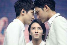 El momento *señala el meanie* y JeongHan ahí atrás :v *señala a Maria* yo estaría tipo Jeonghan