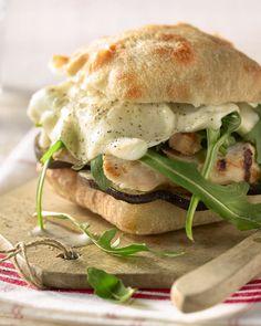 Een gezonde versie van de klassieke hamburger is deze Italiaanse ciabatta met kalkoenfilet en aubergine. Lekker, makkelijk en snel klaar!