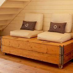 Fabriquer un coffre sur roulettes avec de vieilles planches aménagé en banquette - un rangement pratique et déco