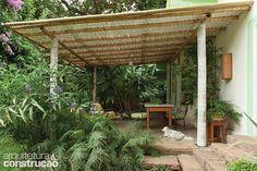 Pérgola de bambu, madeira, com e sem plantas e até composta por vasos. Veja modelos para ter em casa ou na varanda do apê