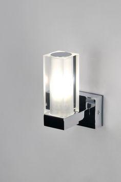 Artikel 71148 Bijzonder elegant en chique model badkamerlamp.   Dit lampje is niet zo groot van formaat.  Het armatuur is van glanzend chroom en door de combinatie met het matte kristalglas ontstaat de juiste sfeerimpressie.  http://www.rietveldlicht.nl/artikel/wandlamp-71148-modern-chroom-glas-wit_opaalglas-helder_glas-metaal-rechthoekig