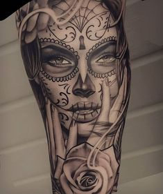 tattoo tattoo masculina The Best Pure Tattoo Chicano o Skull Candy Tattoo, Mexican Skull Tattoos, Sugar Skull Girl Tattoo, Skull Sleeve Tattoos, Forearm Sleeve Tattoos, Girls With Sleeve Tattoos, Body Art Tattoos, Girl Tattoos, Best Sleeve Tattoos