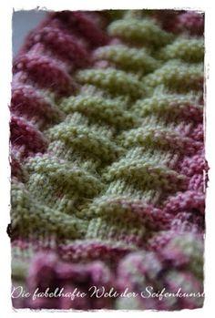 Mokamami ist ein kostenloses Sockenmuster, das Du bei Ravelry bekommen kannst un. - Carola Mokamami is a free sock pattern that you can get from Ravelry and . Knitting Websites, Knitting Blogs, Knitting Socks, Knitting Stitches, Knitting Projects, Baby Knitting, Knitting Patterns, Learn To Crochet, Knit Crochet