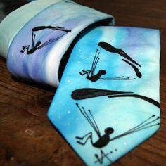 Malovaná kravata padáčková Materiál: 100 % hedvábí, úžší střih pro ty, kteří hledají něco jiného než kravatu klasickou, 8 x142 cm - originálna modrých tónech Krásný a vtipný dárek Prokaždého muže, jedinečným dolpňkem! Pouze v jednom provedení
